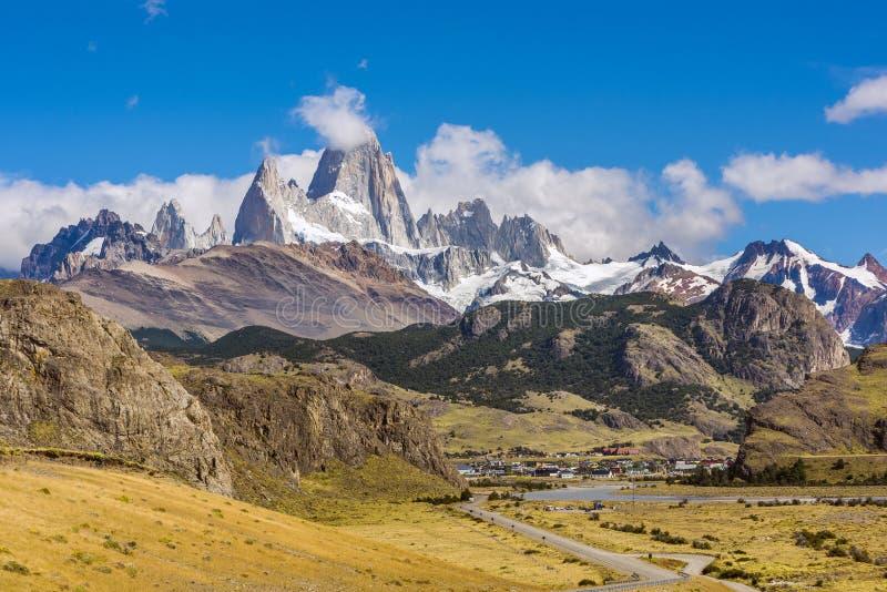 Weg aan Gr Chalten en panorama met Fitz Roy-berg bij Los Glaciares Nationaal Park stock afbeelding