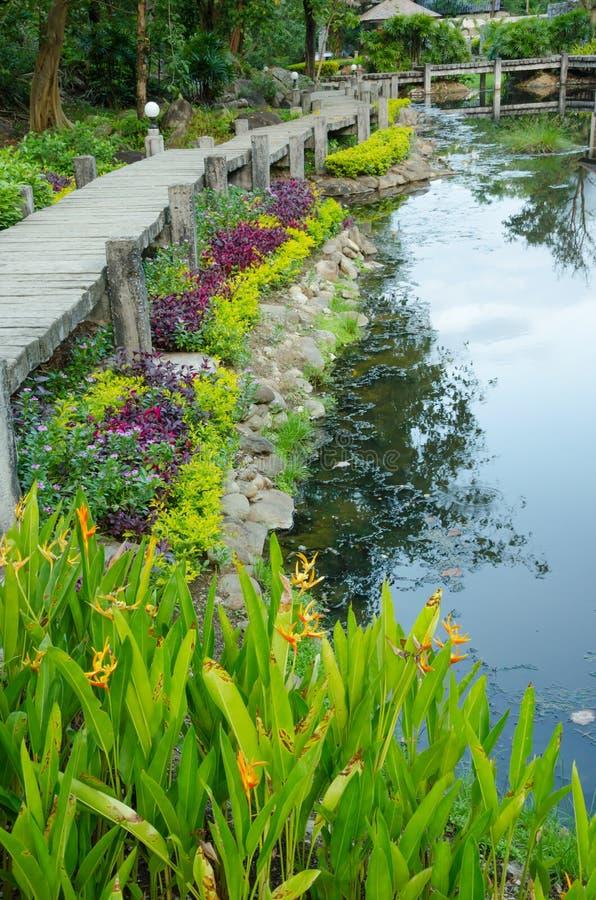 Weg aan hete spring spa bij de Hoektand hete lente, Thailand stock afbeeldingen