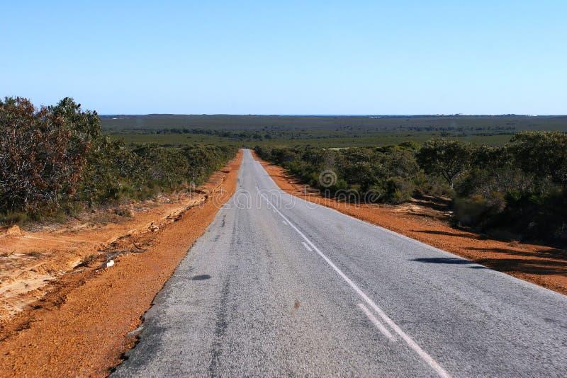 Weg aan Horizon und blauwe hemel in Binnenland Westelijk Australië royalty-vrije stock foto's