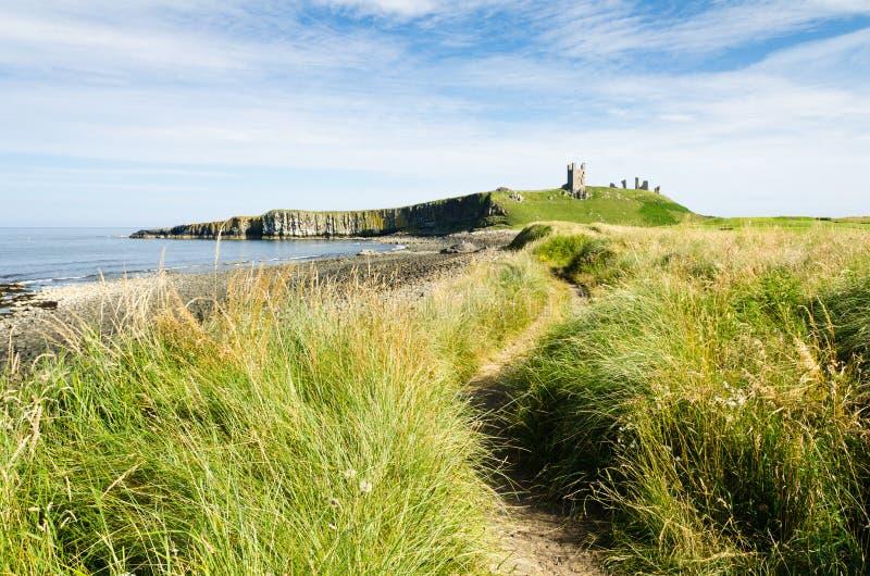 Weg aan Kasteel Dunstanburgh stock afbeelding