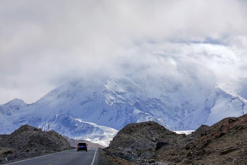 Weg aan Muztagata-Berg op Pamirs royalty-vrije stock foto's