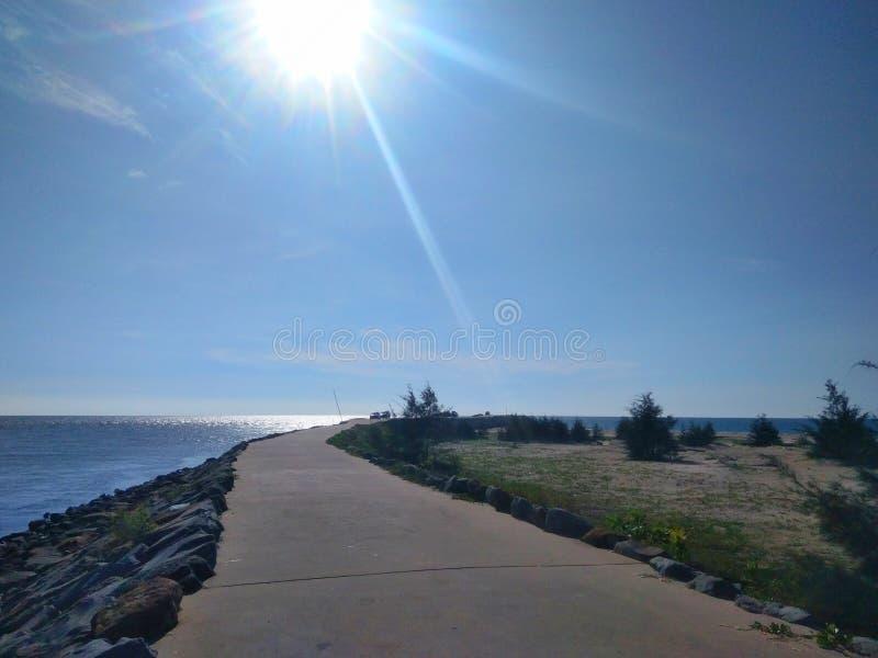 Weg aan pijler en oceaanmening met de steen van de golfbreker - beeld royalty-vrije stock foto's