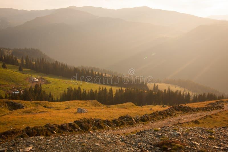 Weg aan Transalpin op een de zomer zonnige dag stock foto