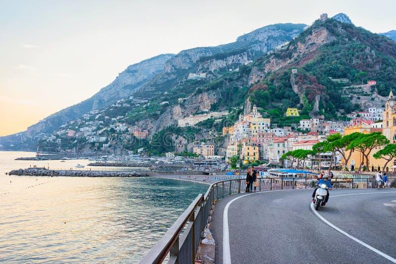 Weg in Amalfi stad en Thyrreense Zee in de herfst stock foto