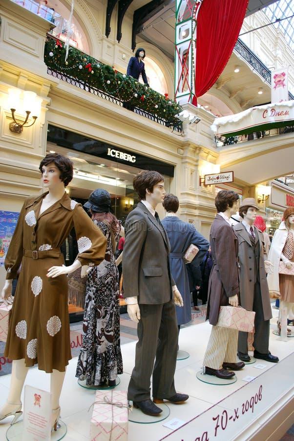 Weg auf dem Stadtzentrum gummi Retro- Mode der 70. Jahrausstellung stockfotos