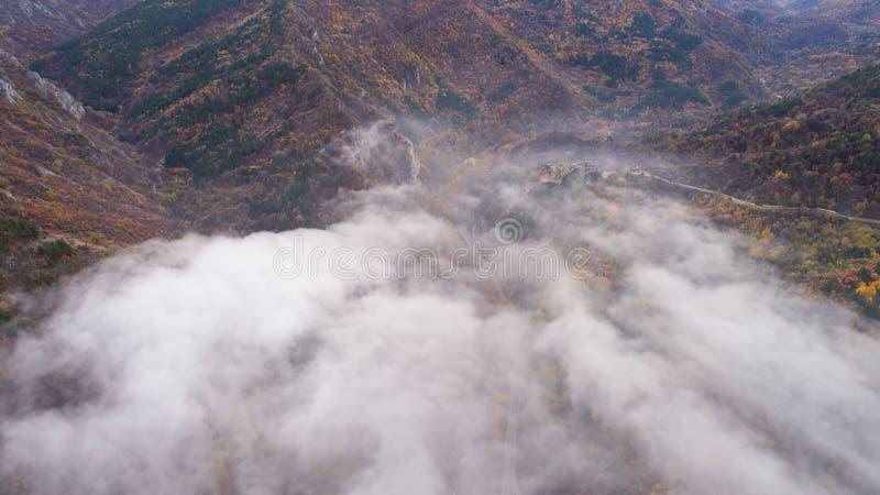 Weg in Berg met Heel wat Mist stock fotografie