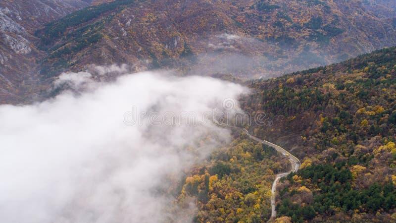 Weg in Berg met Heel wat Mist royalty-vrije stock afbeeldingen