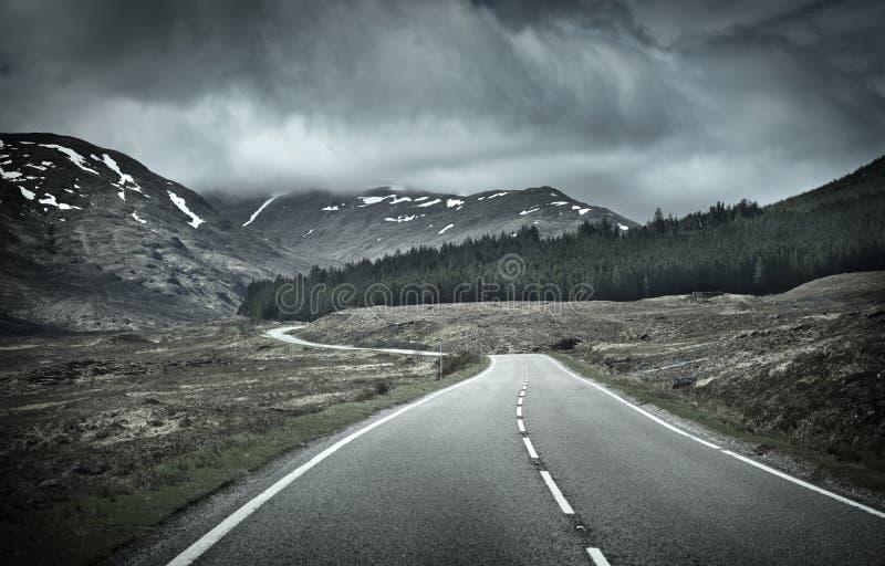 Weg in Bergketen stock foto's