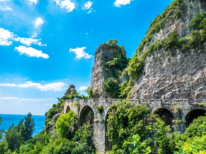 Weg bij Amalfi Kust, Napels, Italië De weg over de rotsachtige klip, stock foto's