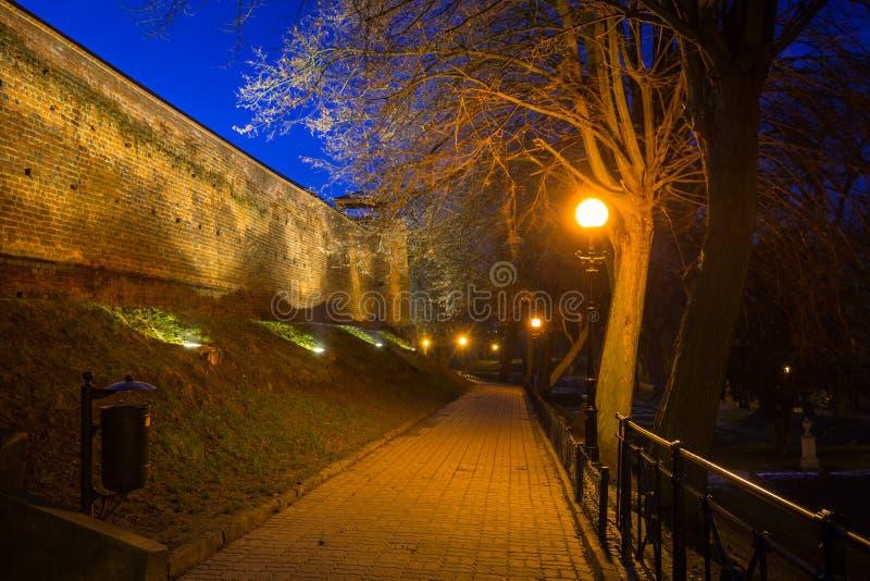 Weg bij de fefensive muren van de oude stad in Chelmno stock fotografie