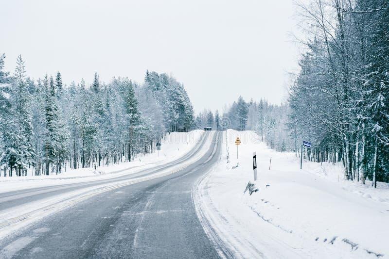 Weg bij de sneeuwwinter Lapland royalty-vrije stock afbeeldingen