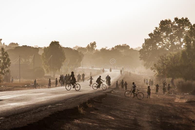Weg bij de uitgang van Ouagadougou, Burkina Faso, bij schemer stock foto