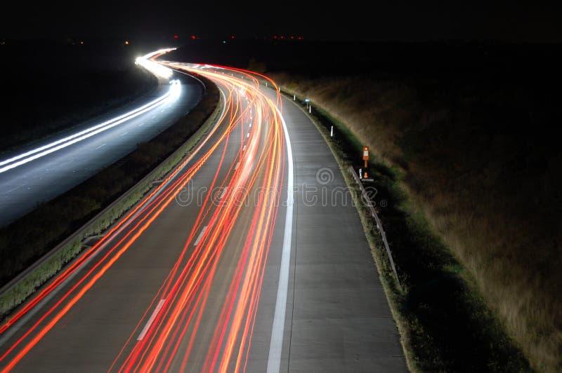 Weg bij nacht met verkeer stock foto