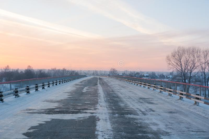 Weg bij zonsondergang in de winter Sneeuw weg bij zonsondergang royalty-vrije stock foto's