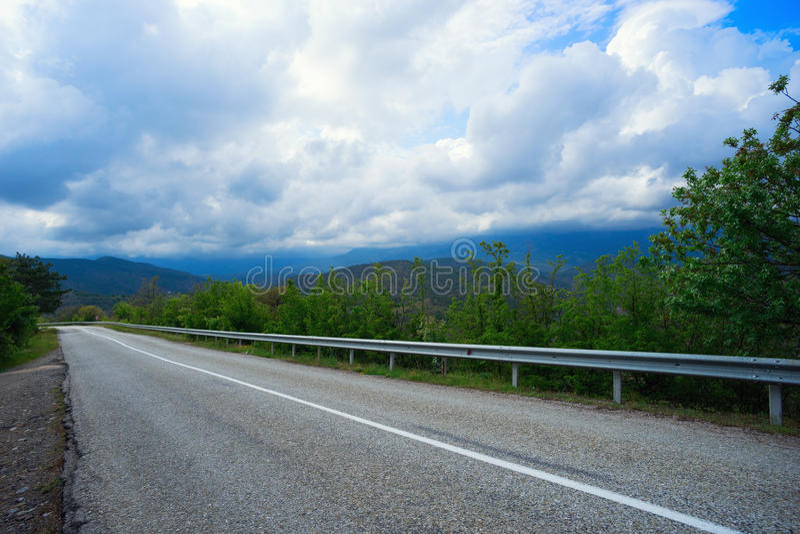 Weg in de bergen stock foto's