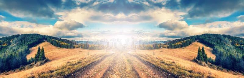 Weg in de bergen Het prachtige landschap van de de herfstberg maje stock fotografie