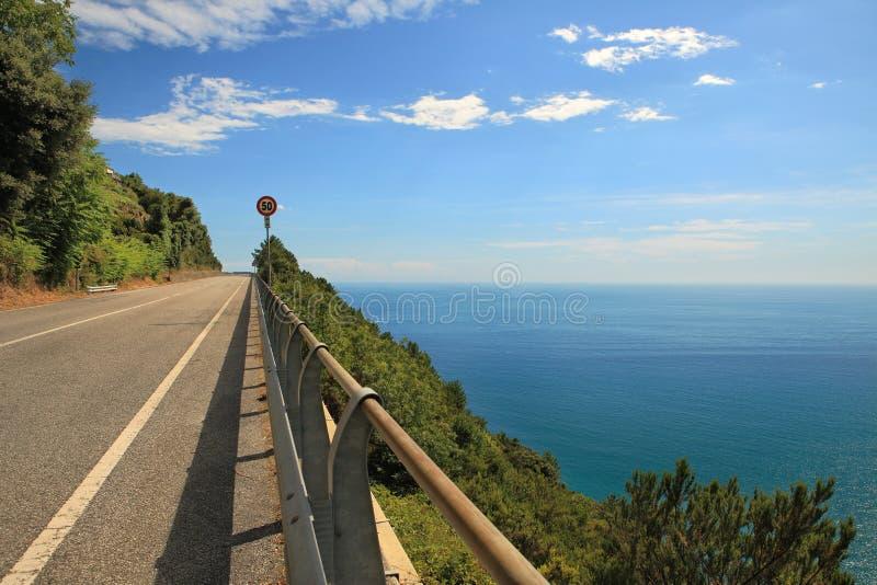 Weg in de bergen langs Middellandse Zee. stock fotografie
