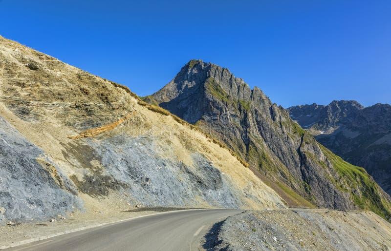 Weg in de bergen van de Pyreneeën stock afbeelding