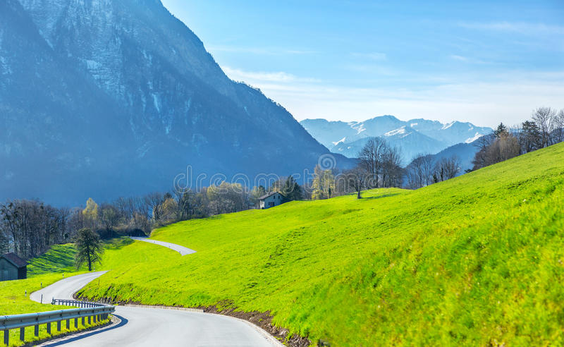 Weg in de de lentevallei in Zwitserland stock afbeelding