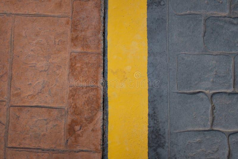 Weg, de gele lijn van de stoepgrens op vloer - abstracte achtergrond stock fotografie