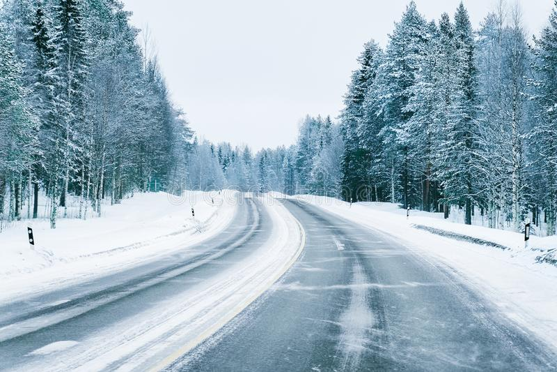 Weg in de sneeuwwinter Lapland stock foto