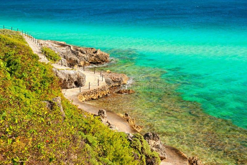 Weg in den Felsen nähern sich karibischem Meer lizenzfreie stockfotografie