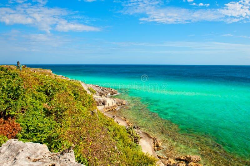 Weg in den Felsen nähern sich karibischem Meer lizenzfreie stockfotos