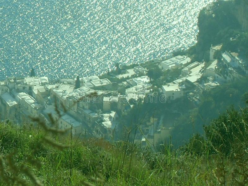 Weg der Götter, Positano von oben lizenzfreie stockfotografie