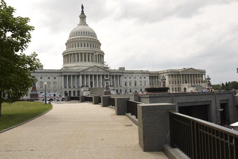 Weg, der zu Hauptgebäude in Washington D führt C lizenzfreie stockfotos