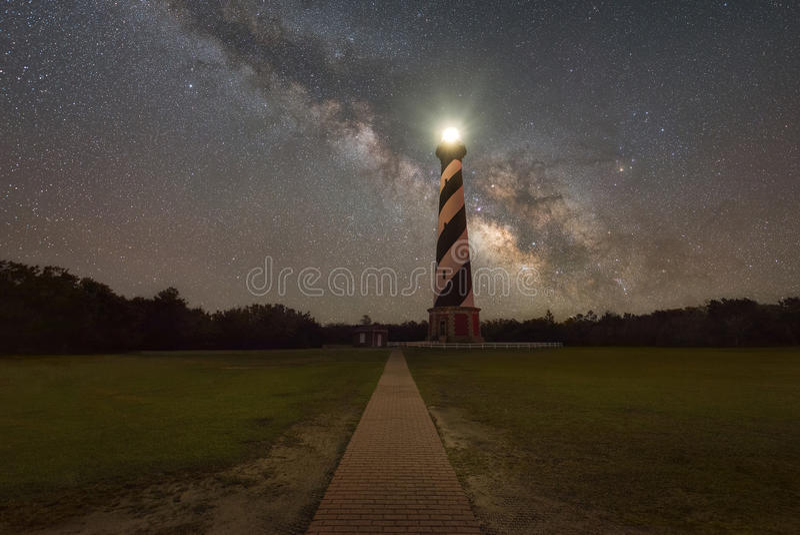 Weg, der zu Kap Hatteras Licht und die Milchstraße-Galaxie führt lizenzfreie stockfotografie