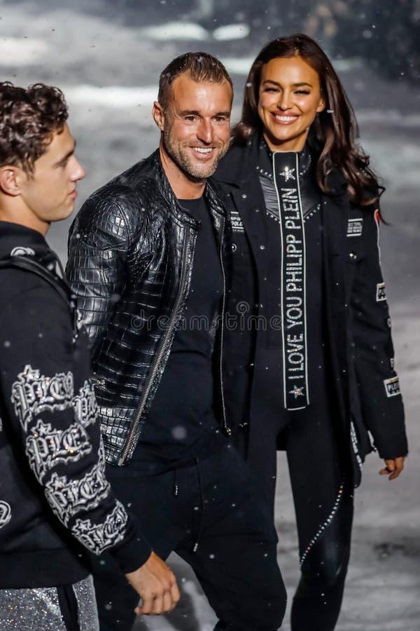 Weg des Designers Philipp Plein und Irina Shayks die Rollbahn bei Philipp Plein Fashion Show stockbilder
