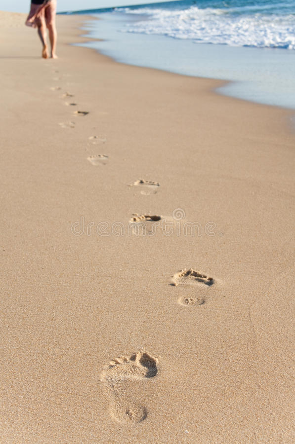 Weg des jungen Mädchens im Strand stockbild