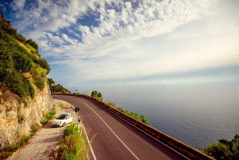 Weg dichtbij de Middellandse Zee met Fiat-auto stock afbeeldingen
