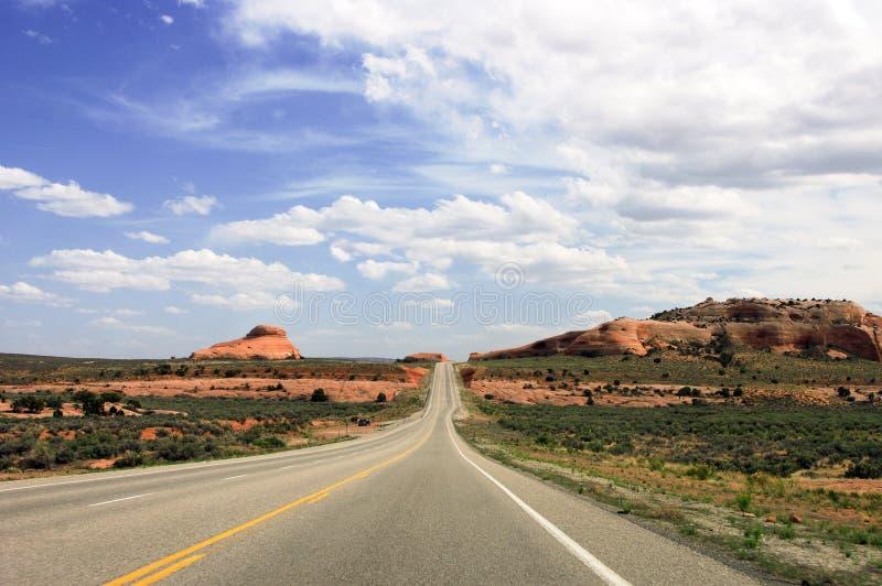 Weg dichtbij het nationale park van Bogen, Utah, de V.S. stock foto