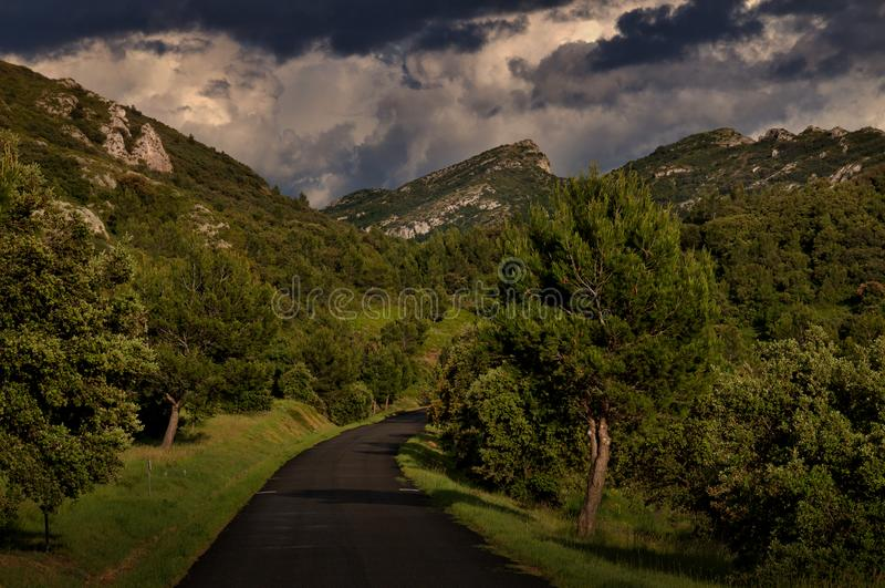 Weg die door Alpilles in het zuiden van Frankrijk gaan stock afbeelding