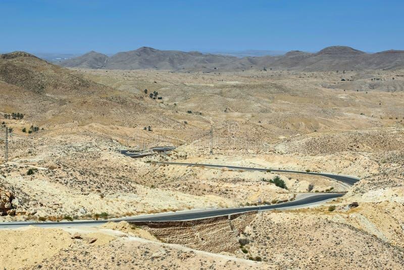 Weg die door de woestijn van de Sahara overgaan royalty-vrije stock afbeelding