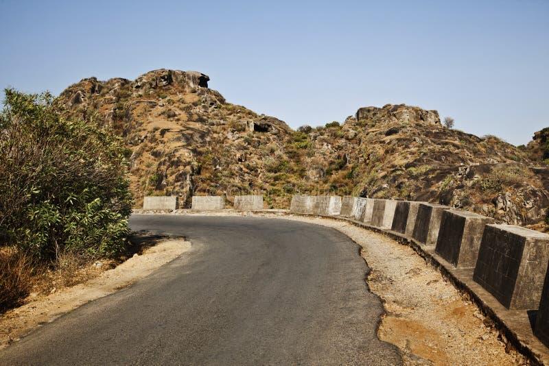 Weg die door een bergketen, Guru Shikhar, Arbuda Moun overgaan stock afbeeldingen