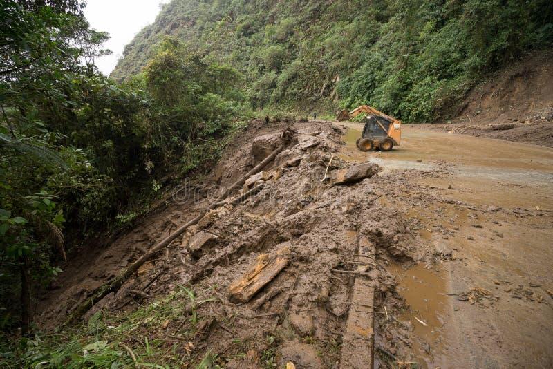 Weg die na een grondverschuiving in Ecuador worden ontruimd royalty-vrije stock foto's