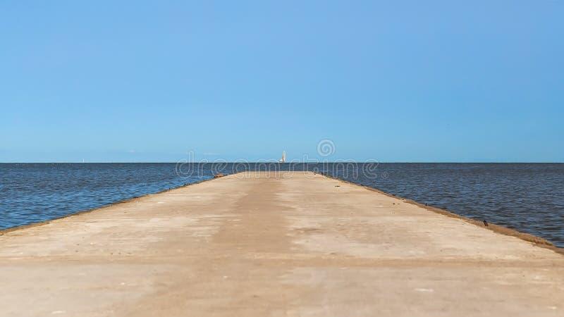 Weg die tot het overzees aan de horizon leiden stock afbeelding