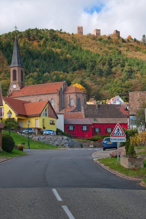 Weg die tot typisch Frans dorp leidt royalty-vrije stock afbeelding