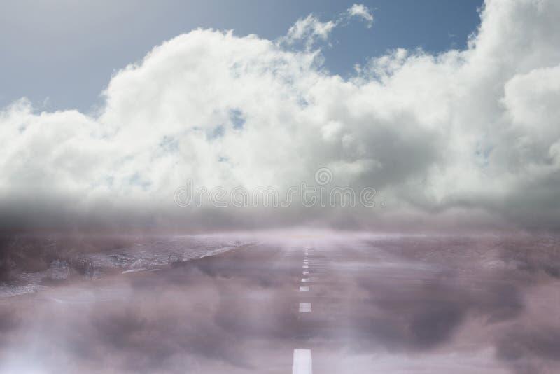 Weg die uit tot de horizon leiden stock fotografie