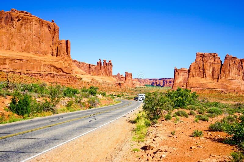 Weg door beroemd Boog Nationaal Park, Utah, de V.S. stock afbeelding