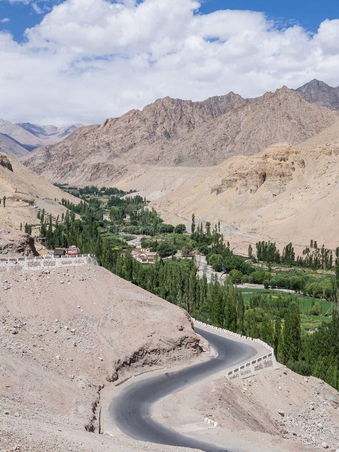 Weg door de bergen in Leh Ladakh, India royalty-vrije stock afbeeldingen