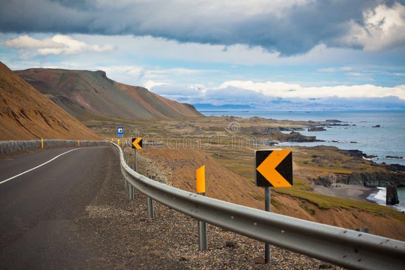 De op zee kustlijn van de weg van Oost-IJsland stock afbeeldingen