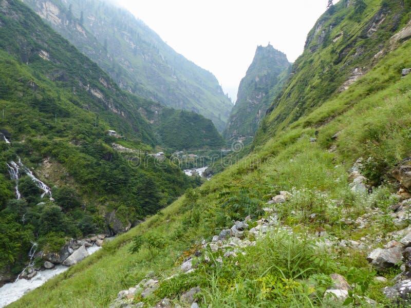 Weg door de vallei van riviermarsyangdi royalty-vrije stock afbeeldingen