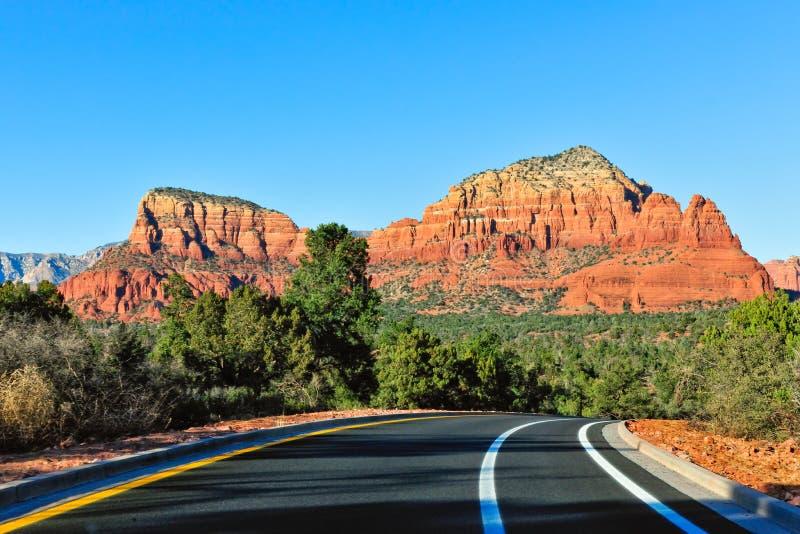 Weg door de woestijn van Arizona stock afbeelding