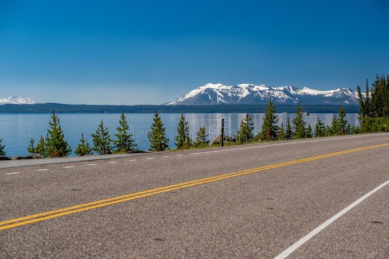 Weg door het meer in Yellowstone stock afbeelding