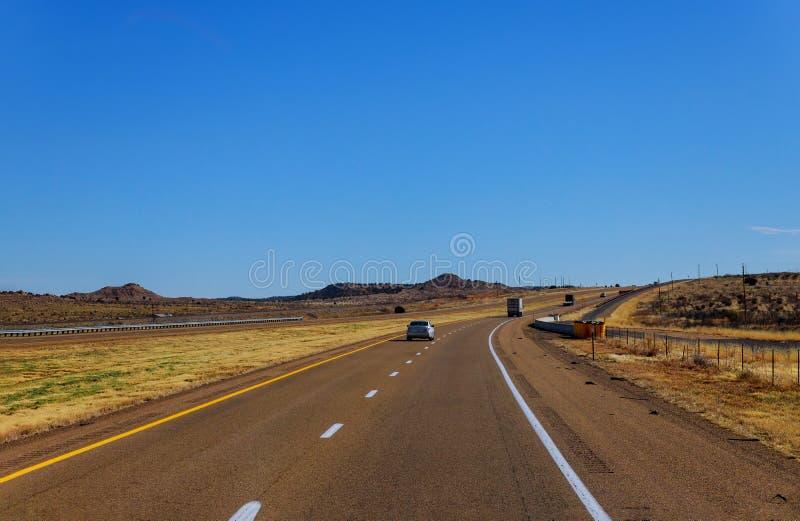 Weg eenzame weg door de toneelmening in New Mexico stock foto's