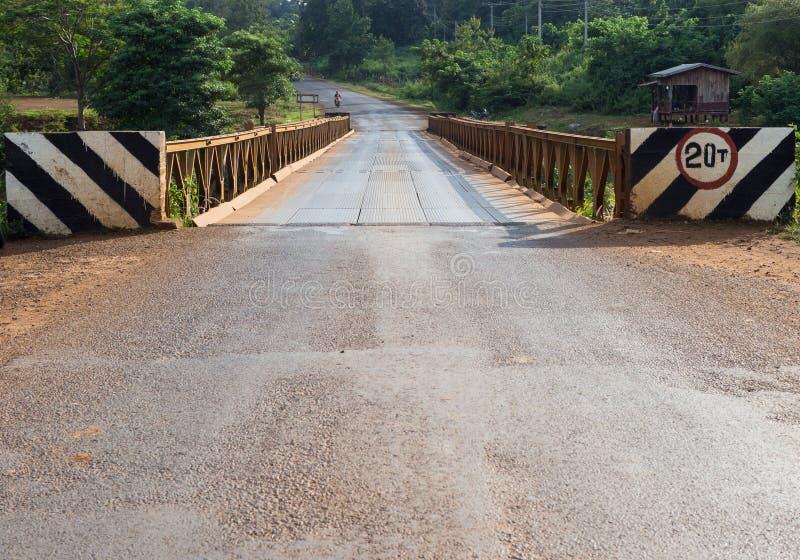 weg en brug in platteland met niemand royalty-vrije stock foto's