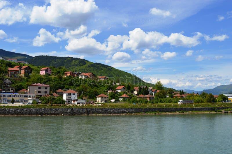 Weg en een dorp door de rivier stock afbeeldingen
